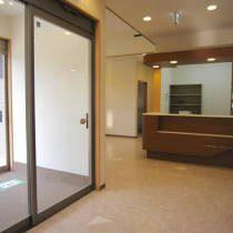 こだわり抜いた設計の整形外科クリニック(川口市)・待合室の写真