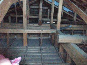 張替え前の屋根裏写真