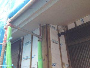 外壁に構造用合板貼り付け中の写真