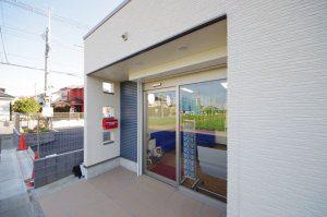 新座市の新築薬局・正面入り口の写真