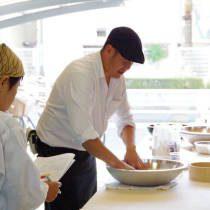 講師が蕎麦粉をこねるやり方を実演する1