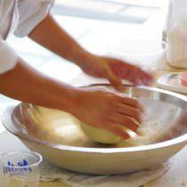 講師が蕎麦粉をこねるやり方を実演する3