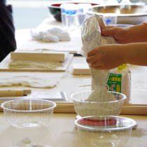 参加者が蕎麦粉の計量を行う