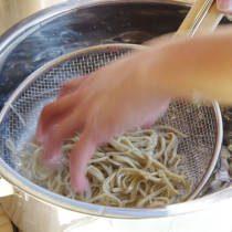 参加者が蕎麦を水で冷やす