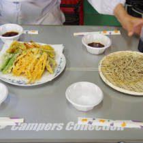 出来上った天ぷらと蕎麦が並べられる