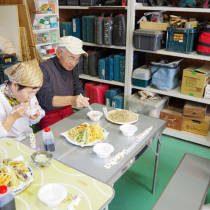 参加者が茹であがった蕎麦を試食する
