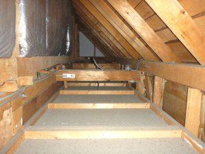 耐震リフォームの前の耐震診断の写真(屋根裏)