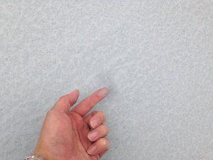 屋上防水リフォーム前(床面を触ると指が白くなる)