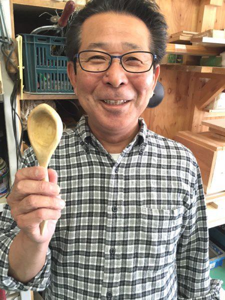 出来上ったスプーンを片手に笑顔で写真をとる