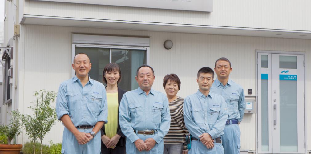 川口市の工務店「水品建工」の社員の集合写真