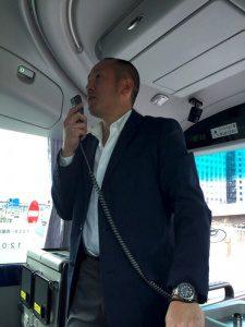 バスツアーにて水品専務のガイド