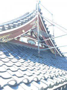 屋根の部分にも足場を組んでいる