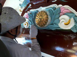 細かい装飾部分についても筆でしっかりと色を塗り直している