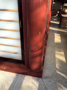 塗装後の柱。ツヤツヤと光っている。