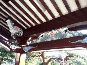 装飾の部分を後ろからみた様子。鮮やかに発色している。
