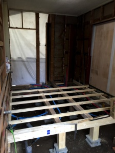 洋室の床を剥がし、新たに骨組みを作りなおした