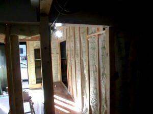 リノベーション中の工場内1。木の柱を入れている。