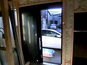 リノベーション中の工場内3。玄関を裏から見ている。