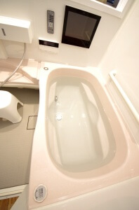 リフォーム後の浴槽。自動洗浄機能が付いている。