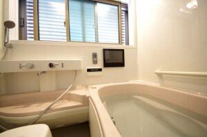 リフォーム後のお風呂場。テレビが設置されている。