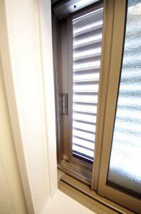 リフォーム後の浴室の窓。サッシが開閉するようになっている。