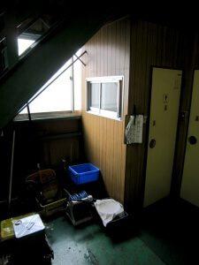 リフォーム前のトイレ。空きスペースがある。