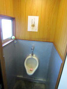 リフォーム前のトイレ内部。小便器のみ。
