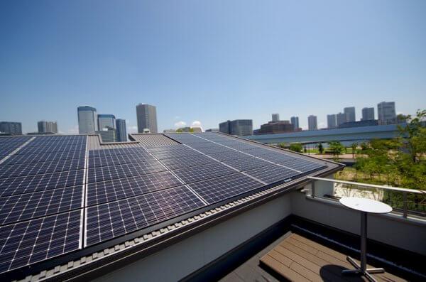 ソーラーパネルを設置し、太陽光発電