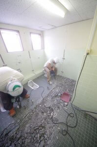 トイレのリフォーム中の様子。床のタイルを剥がしている。