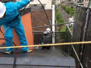 屋根の洗浄をしている。