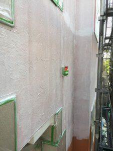 外壁塗装中。コーキングしている。