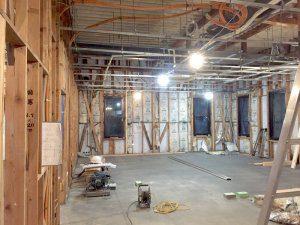 リノベーション中の室内。壁を剥がし、梁・柱が露出した状態にする。