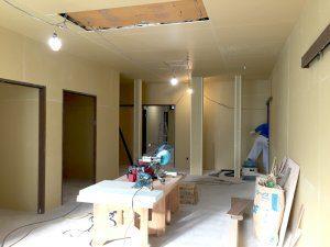 リノベーション中の室内の様子。壁を張り替えた後。