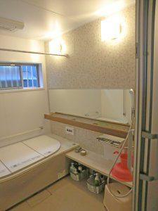 リフォーム後のお風呂の様子。明るい浴室となっており、バリアフリーとなっている。