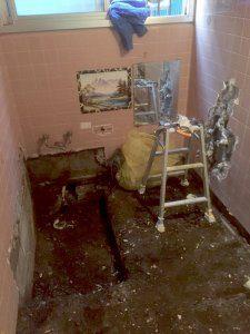 お風呂を取り外した後は、壁のタイルを剥がす