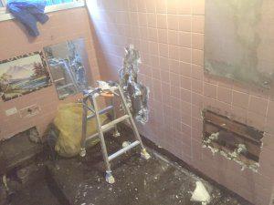 同様に、お風呂の壁のタイルを剥がしている様子。