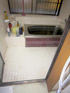 リフォーム前の洗い場と浴槽の様子。床はタイル張り、浴槽はステンレスの浴槽で古を感じさせる。