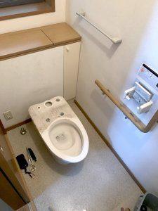 トイレの便器を分解している様子