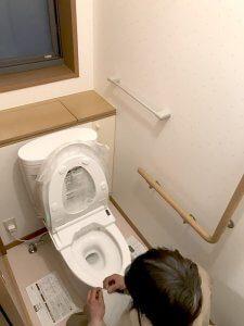 新しいトイレを設置している様子