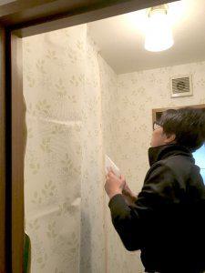 トイレの壁紙(クロス)を張り替えている様子