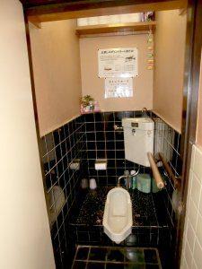 リフォーム前のトイレ。和式トイレで、段差があり、高齢者には使いづらい。