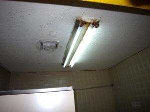 リフォーム前の天井と照明。照明は昔ながらの蛍光灯であり、サビも目立っている。