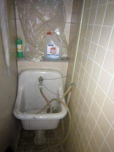 掃除用のシンクに排水されるようになっていた。