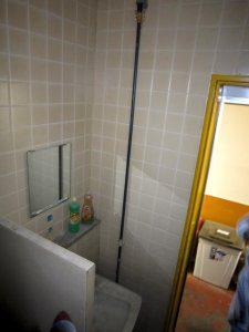 手洗いの横に、工場と繋がった排水管が設置されていた。