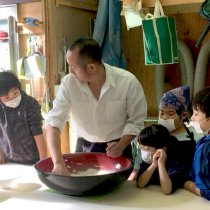 川口市伊刈で行われたそば打ち教室の様子