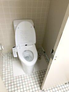 和式トイレを洋式トイレに交換している