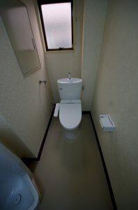 リフォーム後は、個室のパーテションを取り払って、トイレは1人でしか入れないようにした。