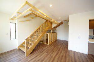 2階へ上がる階段の下にペット用のケージが置かれている。階段の上にはキャットウォークを設置。