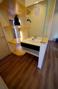 洗面所の様子。ゴジラの模型を置けるように棚を設置。