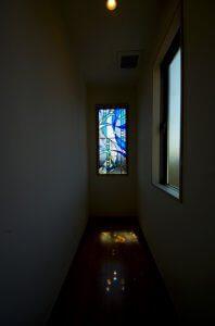 廊下の奥の窓にもステンドグラス風のガラスを入れている